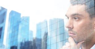 Zamyka up męska twarz nad budynkami biurowymi Zdjęcia Royalty Free