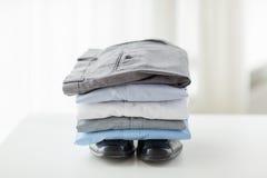 Zamyka up męskie koszula, spodnia i buty na stole, Zdjęcie Royalty Free