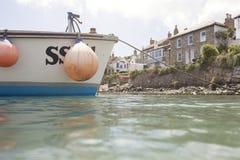 Zamyka up mała łódź rybacka w Mousehole schronieniu fotografia stock