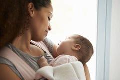 Zamyka Up Macierzysta Cuddling dziecko córka W Domu Fotografia Stock