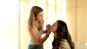 Zamyka up makijażu proces Visagiste stosuje eyeshadow na wzorcowej ` s twarzy zbiory