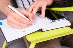 Zamyka up man& x27; s ręki writing spotkania Obraz Royalty Free