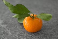 Zamyka up mandarynka na stole obraz stock