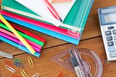 Zamyka up materiały lub szkolne dostawy na stole obrazy royalty free