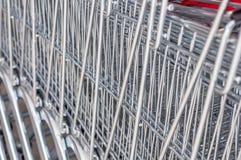 Zamyka Up metal siatka wózek na zakupy Wykładający W górę z rzędu Zdjęcia Royalty Free