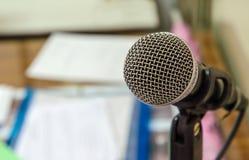 Zamyka up mikrofon w pokoju konferencyjnym Fotografia Royalty Free