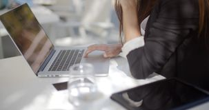 Zamyka Up na Biznesowej kobiety komputerze zbiory