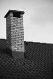 Zamyka up na ceglanym kominie na dachu odizolowywającym w czarny i biały Obraz Royalty Free