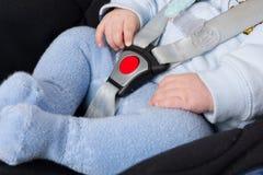 Zamyka up na chłopiec w dziecka samochodowym siedzeniu ochraniającym z bezpieczeństwem obraz stock