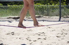 Zamyka up na ciekach chodzi na balansowanie na linie lub slackline plenerowych przy th Zdjęcie Royalty Free