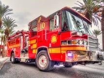 Zamyka up na czerwonym pożarniczym silniku jaskrawej ciężarówce lub obraz royalty free