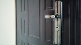 Zamyka up na drzwiowej rękojeści gdy drzwi otwiera Symbol nowa nadzieja, nowi początki i robić wejściu, zbiory wideo