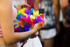 Zamyka up na kobiecie trzyma kolorowych piórka Zdjęcia Royalty Free
