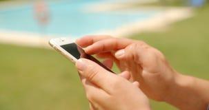 Zamyka Up na kobiet rękach Podczas gdy Używać telefon komórkowego zbiory wideo