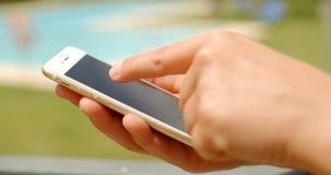 Zamyka Up na kobiet rękach Podczas gdy Używać telefon komórkowego zdjęcie wideo