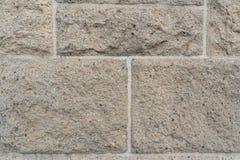 Zamyka up na szorstkich prostokątnych kamiennych cegłach w ścianie zdjęcia royalty free