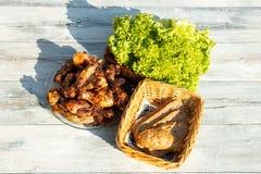 Zamyka up na talerzu świeży piec na grillu mięsny surroundet świeżym sala zdjęcie royalty free