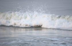 Zamyka up Nawierzchniowa fala nad oceanem z prysznic Białe Wodne kropelki - Naturalny tło zdjęcie royalty free