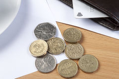 Zamyka up niektóre coinage obok portfla z kredytową kartą obraz royalty free