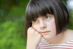 Zamyka Up Nieszczęśliwa dziewczyna Siedzi Outdoors Zdjęcie Royalty Free