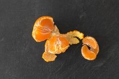 Zamyka up obrana mandarynka na łupkowym stołowym wierzchołku zdjęcia royalty free
