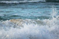 Zamyka up oceanu łamania fala w zmierzchu świetle słonecznym, wodny tekstury tło Zdjęcia Royalty Free