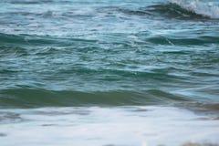 Zamyka up oceanu łamania fala w zmierzchu świetle słonecznym, wodny tekstury tło Obrazy Royalty Free