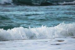 Zamyka up oceanu łamania fala w zmierzchu świetle słonecznym, wodny tekstury tło Obraz Royalty Free