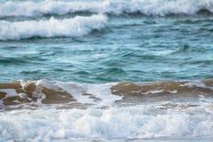 Zamyka up oceanu łamania fala w zmierzchu świetle słonecznym, wodny tekstury tło Fotografia Royalty Free