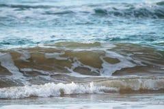 Zamyka up oceanu łamania fala w zmierzchu świetle słonecznym, wodny tekstury tło Zdjęcie Royalty Free