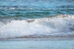 Zamyka up oceanu łamania fala w zmierzchu świetle słonecznym, wodny tekstury tło Zdjęcie Stock