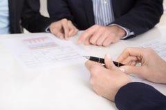 Zamyka up od konsultaci między trzy ludźmi biznesu. Obraz Stock