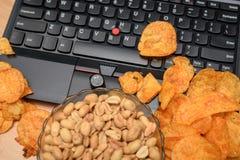 Zamyka up otwarty laptop z układami scalonymi rozpraszającymi na klawiaturowym i dic Fotografia Stock
