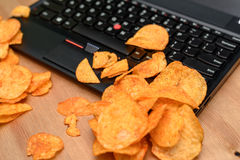 Zamyka up otwarty laptop z układami scalonymi rozpraszającymi na klawiaturze Obrazy Royalty Free