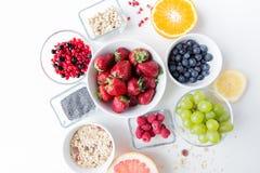 Zamyka up owoc i jagody w pucharze na stole Obraz Stock