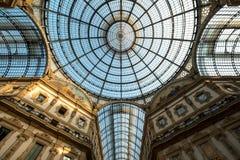 Zamyka up ozdobny szklany sufit przy Galleria Vittorio Emanuele II ikonowym centrum handlowym, lokalizować obok katedry obraz stock