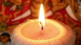 Zamyka up Płonąca świeczka przeciw Egzotycznemu tłu (ładunek elektrostatyczny) zdjęcie wideo