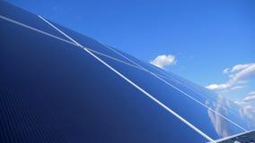 Zamyka up panel słoneczny instalujących outdoors alternatywnego tła pojęcia cyfrowy energetyczny ilustracyjny słoneczny wiatr zdjęcie wideo