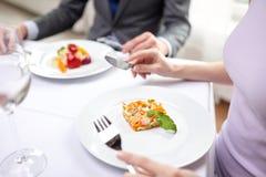 Zamyka up pary łasowania zakąski przy restauracją Fotografia Stock