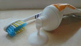 Zamyka up pasta do zębów obcieknięcie z tubki z toothbrush Obrazy Stock