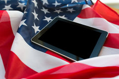 Zamyka up pastylka komputeru osobistego komputer na flaga amerykańskiej fotografia royalty free