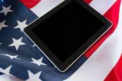 Zamyka up pastylka komputeru osobistego komputer na flaga amerykańskiej fotografia stock