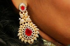 Zamyka up piękna kobieta jest ubranym błyszczących diamentowych kolczyki zdjęcie stock