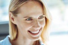 Zamyka up piękna uśmiechnięta jasnogłowa kobieta zdjęcia royalty free