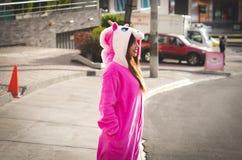 Zamyka up piękna uśmiechnięta młoda kobieta jest ubranym jednorożec kostium, przy outdoors w mieście Quito Zdjęcia Stock