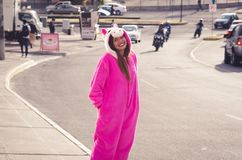 Zamyka up piękna uśmiechnięta młoda kobieta jest ubranym jednorożec kostium, przy outdoors w mieście Quito Obraz Stock
