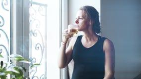 Zamyka up piękna w średnim wieku kobieta w czarnej pije herbacie zbiory wideo