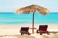 Zamyka up piękny słomiany parasol, relaksuje, odizolowywający przy pogodnym dniem na pustego raju tropikalnej plaży, żadny ludzie obraz stock