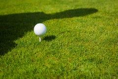 Zamyka up piłka golfowa na trójniku z kopii przestrzenią zdjęcia stock