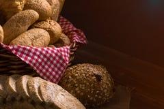 Zamyka up Piec chleb z koszem; Różnorodny świeży chleb tak jak sezamowa babeczka obraz royalty free